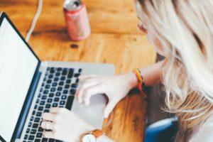 femme sur un ordinateur portable