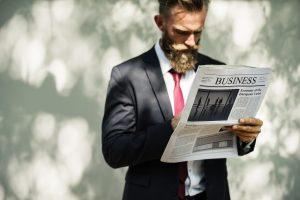 homme hype qui lit le journal